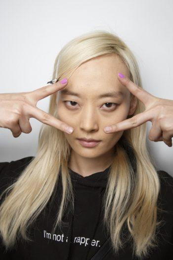 akcent na ukazatelnom palce, novie trendy manicura