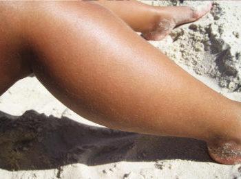 obezcvechivanie volos na tele, pokraska volos na nogah, kak osvetlit volosy na tele, obezcvechivanie volos